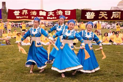 """&#039图6:二零一八年五月五日,在美国首都华盛顿的""""世界法轮大法日""""庆祝活动上,明慧学校的大法小弟子表演蒙古舞。&#039"""