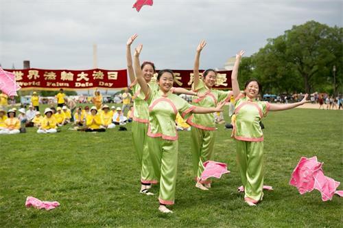 """'圖7:二零一八年五月五日,在美國首都華盛頓的""""世界法輪大法日""""慶祝活動上,明慧學校的大法小弟子表演手絹舞。'"""