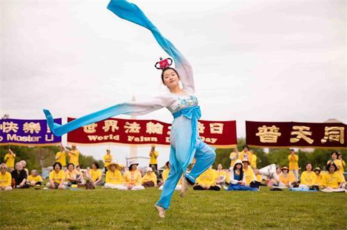 """&#039图8:二零一八年五月五日,在美国首都华盛顿的""""世界法轮大法日""""庆祝活动上,明慧学校的大法小弟子表演水袖舞。&#039"""