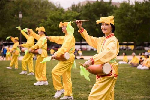"""'圖10:二零一八年五月五日,在美國首都華盛頓的""""世界法輪大法日""""慶祝活動上,法輪功學員表演腰鼓。'"""