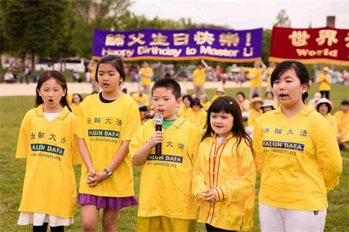 """'圖11:二零一八年五月五日,在美國首都華盛頓的""""世界法輪大法日""""慶祝活動上,明慧學校的大法小弟子背誦《洪吟》。'"""