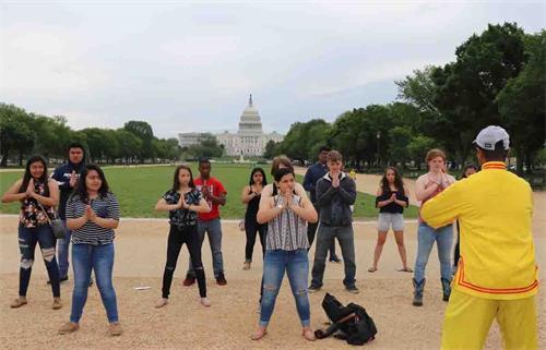 '圖23:來自北卡的十幾位中學生在國家廣場學煉法輪功。'