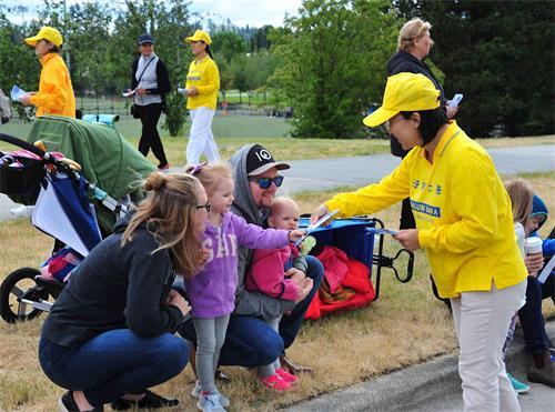 '图1~5:法轮功学员参加了加拿大高贵林市泰迪熊节游行,受到观众热烈欢迎'