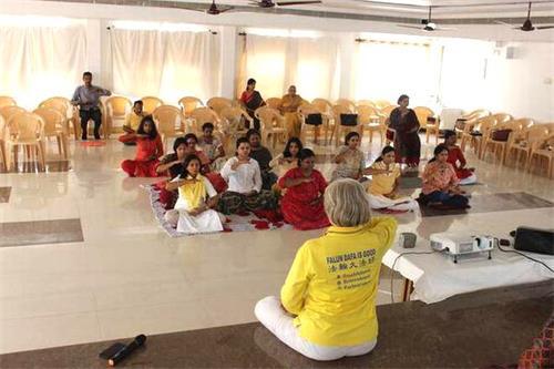 '图:印度民众在法轮大法教功班上学炼第五套功法'