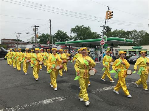 """'图1~5:二零一八年五月二十八日,二百多名纽约法轮功学员参加美国最大的""""国殇日""""游行,受到民众的欢迎。'"""