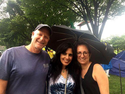 吉姆(左)和友人一起来华盛顿旅遊,表示很幸运看到法轮功学员的聚会。
