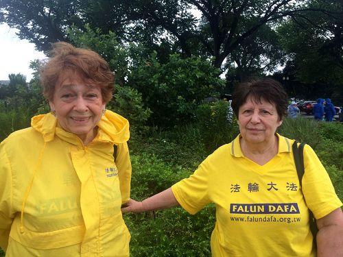 六十九岁的泽玛(左)和七十岁的瓦伦提娜亲身体验了法轮功的健身奇效。