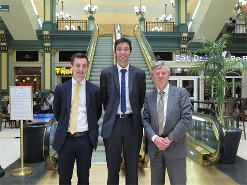 '圖1:從左到右,保羅、邁克爾、伊恩是來自愛爾蘭的法輪功學員。(蘭玲/明慧)'