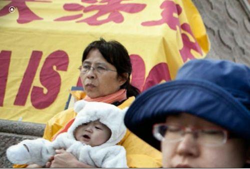 图3: 法轮功学员鲍女士在抗议现场