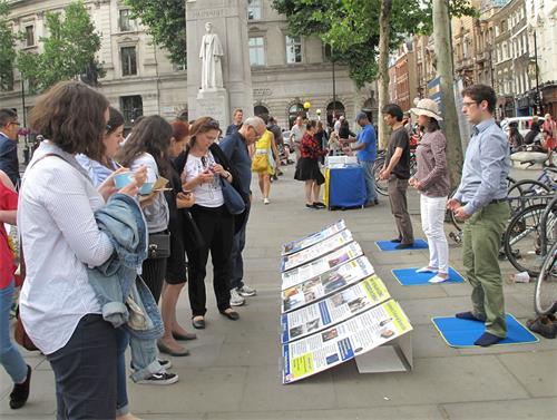 图4~5:二零一八年六月十二日,英国法轮功学员在伦敦圣马丁广场炼功、讲真相。