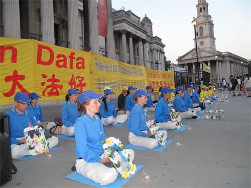 '图1~2:二零一八年六月三日晚,英国法轮功学员在伦敦特拉法加广场北台阶广举行烛光守夜活动'