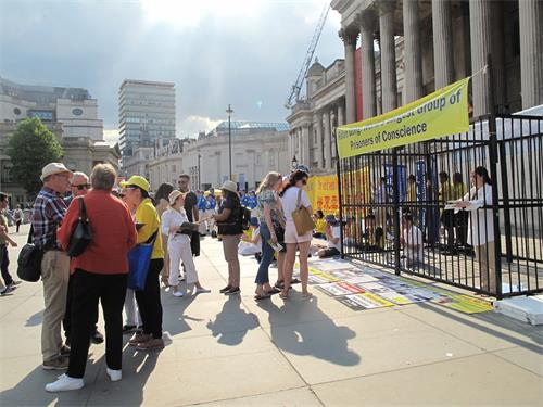 '图3:二零一八年六月三日下午,英国法轮功学员在伦敦特拉法加广场北台阶广传播真相,法轮<span class='voca' kid='53'>大法</span>的纯正能量吸引广大民众踊跃了解真相'