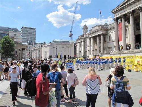 '图4:二零一八年六月三日下午,法轮功学员在伦敦特拉法加广场传播真相,天国乐团的演奏震撼四方,来自世界各地的广大民众踊跃了解真相'
