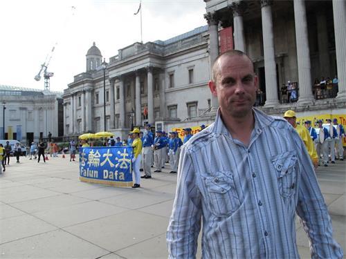 '图7:二零一八年六月三日下午,喜欢天国乐团的巴尼?普罗伯特(Barney?Probert)在特拉法加广场北台阶'