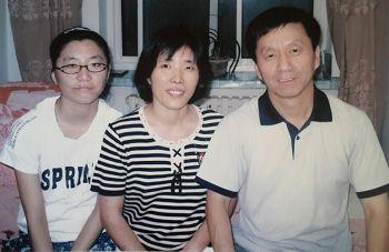 图:张鸿玉(左)与父亲张明(右)、母亲修金秋(中)在一起。