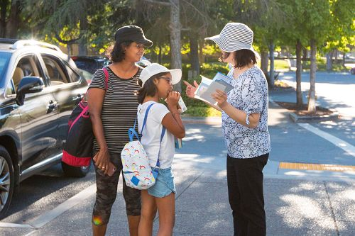 学员在图书馆外介绍法轮功教功班
