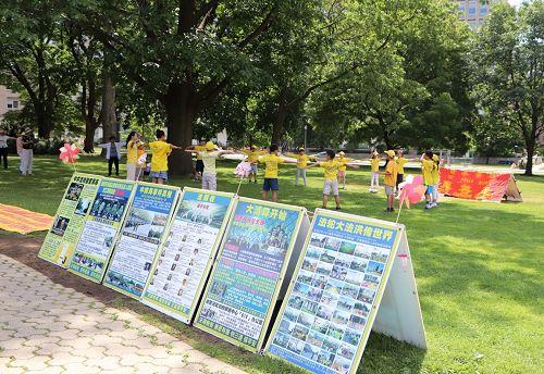 图1-3:七月十一日一早明慧学校中班的法轮大法小弟子们(八岁至十岁)在幽雅的皇后公园里开始炼功
