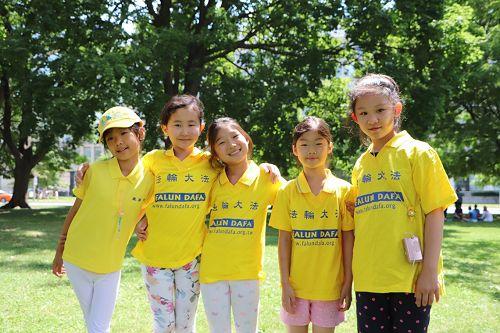 图11:参与教夏令营学生们功法的安吉丽娜(Angelina,右一)和索菲(Sophie,左二)