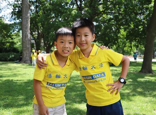 图12:参加教男生功法的十岁的汤米(Tommy,右)和九岁的奥斯汀(Austin)。