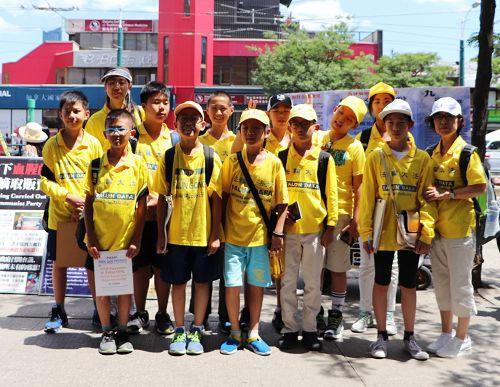 图13-14:明慧学校大班的大法小弟子们(十一岁至十三岁)到唐人街发真相资料和征集反迫害签名。