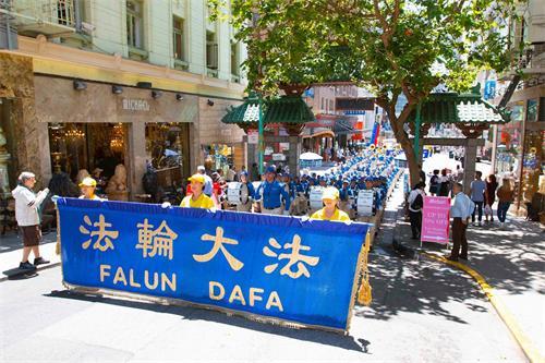 '图9:游行队伍进入中国城'