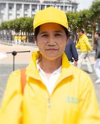 '图22:参加活动的法轮功学员李慧梅希望中国人了解真相'
