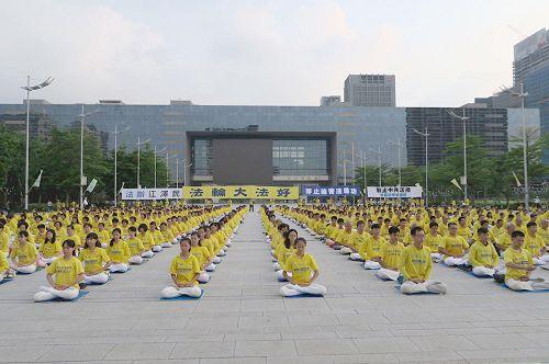 """'图1~3:台湾中部部份法轮功学员在台中市市政府大广场上举办集会,纪念""""七二零""""和平反迫害十九周年,并悼念无以计数被迫害致死的法轮功学员。'"""
