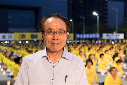 '图5:台湾中社社长、中兴大学资工系教授的廖宜恩专程来到活动现场表达支持,希望中共能垮台,中国人民能获得人权。'