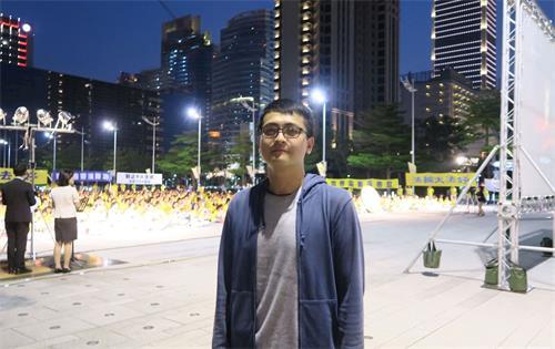 '图7:从事科技业的李先生用手机拍下活动照片,传给在大陆的同事看。'