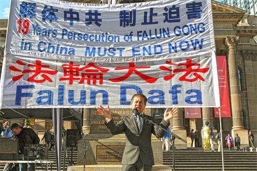 '图7:澳洲越南社区主席阮本(BonNguyen)在集会上发言。'