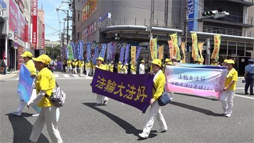 '图1:2018年7月14日,经过大阪繁华的商店街的法轮功游行队伍'