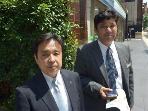 """'图9:""""我们也要好好了解真相!""""的松本先生(左)和山本先生(右)'"""
