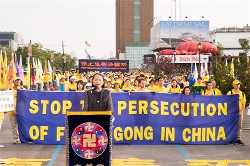 '图10:全球退党服务中心主席易蓉在集会上发言'
