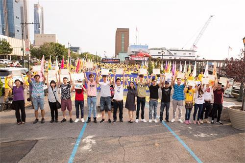 '图14:十七名华人在纽约法轮功学员7.20反迫害19周年集会上,现场公开退出中共的党、团、队。'