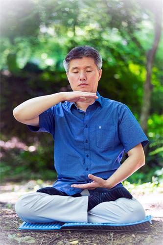 ''图2:李惇荣律师在炼法轮功第五套功法。''