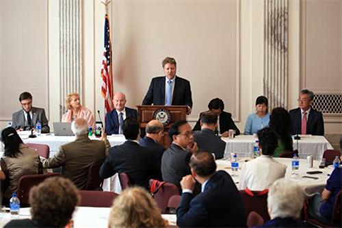 """'图1:七月二十三日,非政府组织""""国际宗教自由圆桌论坛""""在美国参议院举办场外会议,聚焦发生在中国的宗教迫害。'"""