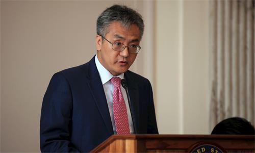 '图4:法轮大法信息中心的刘宁平博士在参议院举行的论坛会上应邀讲述过去十九年来中共对法轮功迫害的事实。'