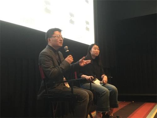 """'图2:""""皮博迪""""奖获奖导演李云翔(左)在《求救信》放映后答观众问题'"""