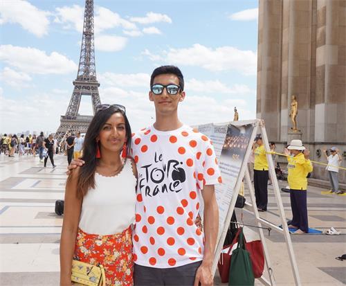 '图6:英国游客里拉·阿什(LeelaArshi)和弟弟都签名支持法轮功反迫害'