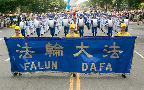 '图1:二零一八年七月四日,法轮<span class='voca' kid='53'>大法</span>学员参加在美国首都华盛顿举行的独立日游行。'