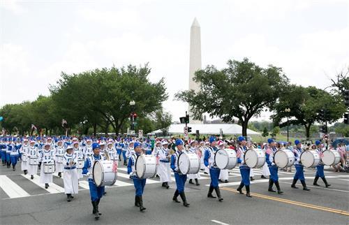 '图2~4:法轮功学员组成的天国乐团连续十三年入选参加在宪法大道举行的独立日游行。'