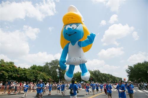 '图7:二十五位法轮功学员受主办方之邀手持巨大的卡通人物气球。'