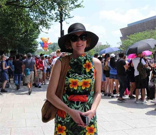 '图8:考德拉(Córdora)女士说,她很喜欢天国乐团美丽的服饰。'