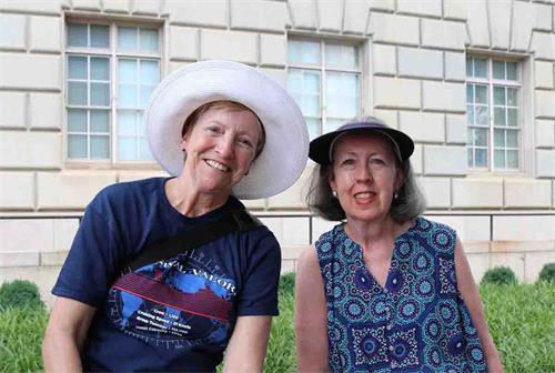 '图9:居住在大华府地区的吉恩(Jean)和黛比(Debbie)在观看游行时第一次听说法轮大法。'