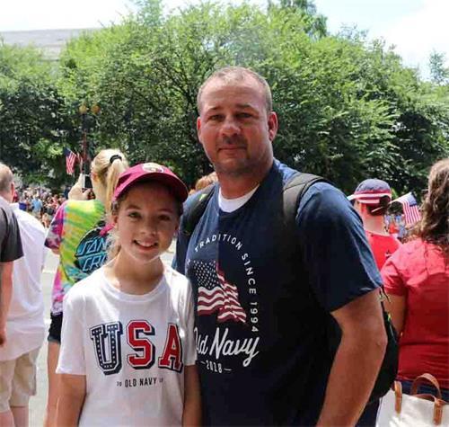'图10:来自美国印第安纳州的贝恩(Beyne)带女儿布鲁克林(Brooklyn)来华盛顿观看游行。'