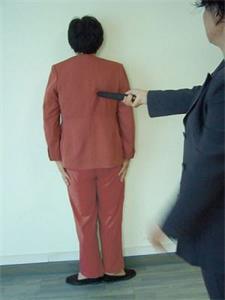 '酷刑演示:面壁罚站与电棍电击'