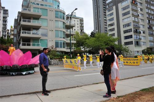'图2~4:温哥华部份法轮功学员参加了在温哥华市中心海滨大道举行的游行受到民众欢迎。'