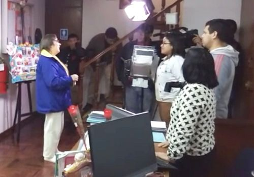 图1:秘鲁国家电视台正在采访法轮功学员露易莎(Luisa)