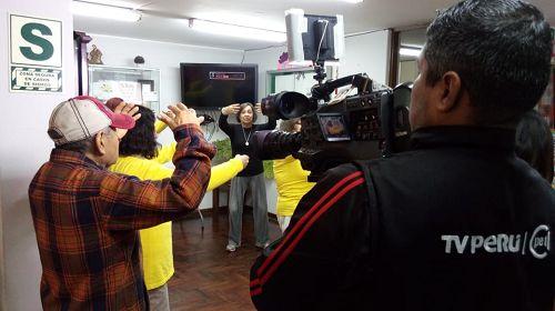 图3~4:秘鲁国家电视台拍摄现场教功活动