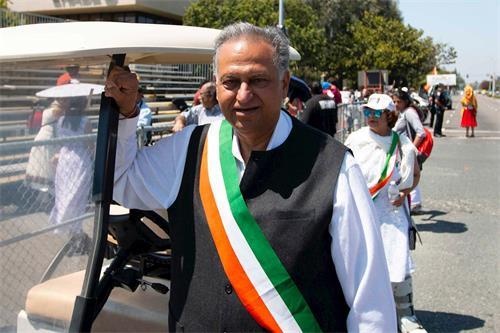 '图12:游行主席迪帕克•查布拉希望法轮功学员每年都能参加印度节游行'